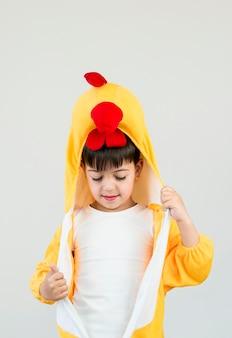 Middelgroot kind draagt kostuum