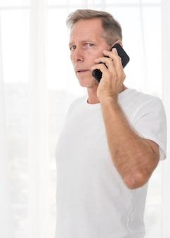 Middelgroot schot bezorgd man praten aan de telefoon