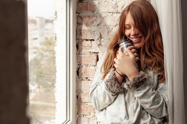 Middelgroot schot gelukkig meisje met fles