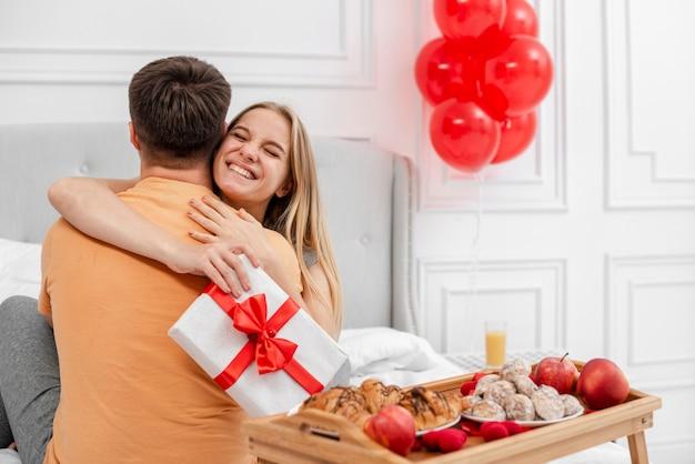 Middelgroot schot gelukkig paar dat elkaar koestert