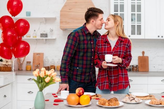 Middelgroot schot gelukkig paar die samen tijd doorbrengen