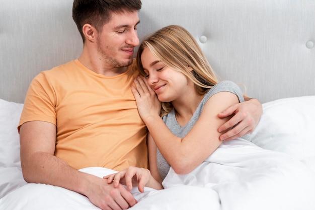 Middelgroot schot gelukkig paar in de slaapkamer