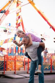 Middelgroot schot gelukkig paar in openlucht