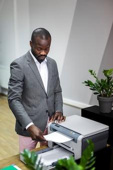 Middelgroot schot van de afro amerikaans zakenman