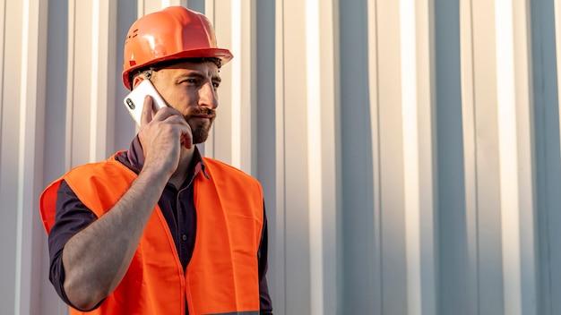 Middelgroot schot van de mens die op telefoon spreekt