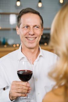 Middelgroot schot van de mens die wijn drinkt