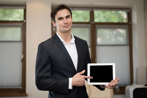 Middelgroot schot van de tablet van de zakenmanholding