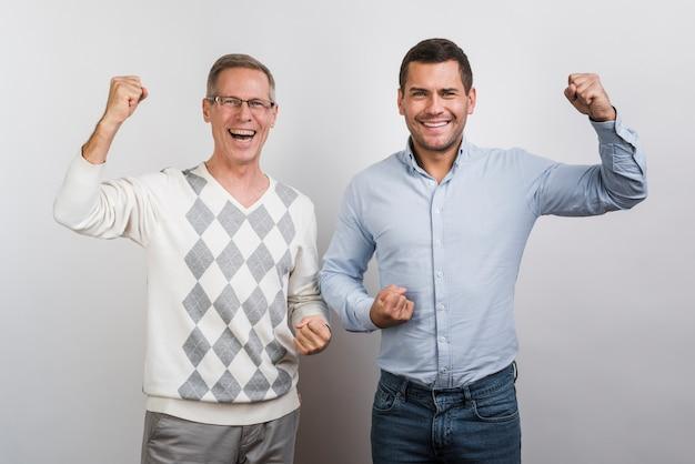 Middelgroot schot van glimlachende vader en zoon