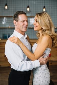 Middelgroot schot van het mooie echtpaar dansen