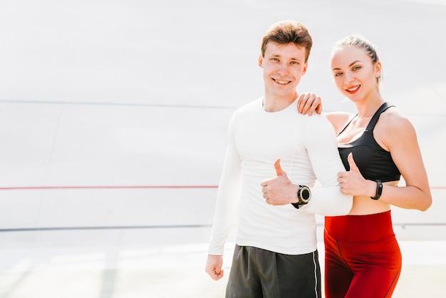 Middelgroot schot van het sportieve paar goedkeuren