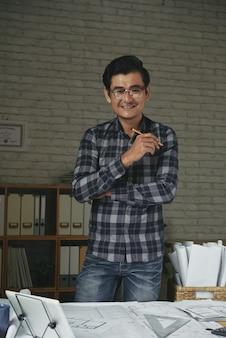 Middelgroot schot van ingenieur gelukkig om het architectuurproject te beëindigen