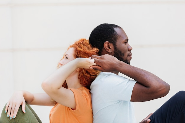 Middelgroot schot van interraciale paar rijtjes hand in hand