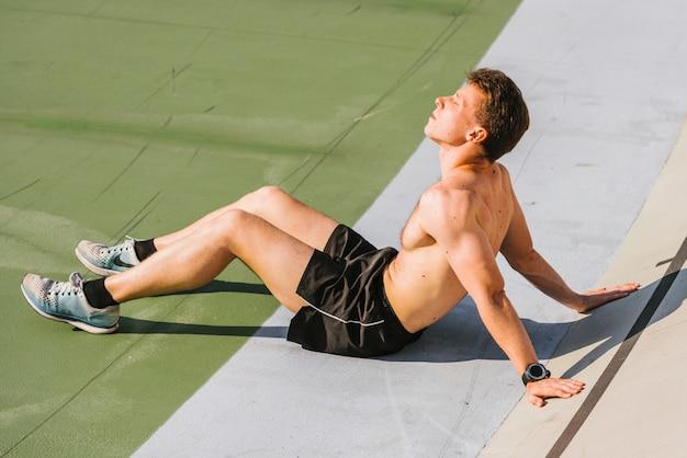 Middelgroot schot van lichaamsbouwer die omhoog kijkt