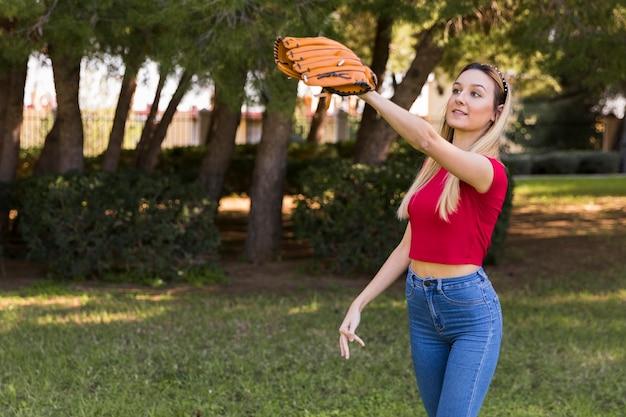 Middelgroot schot van meisje met honkbalhandschoen