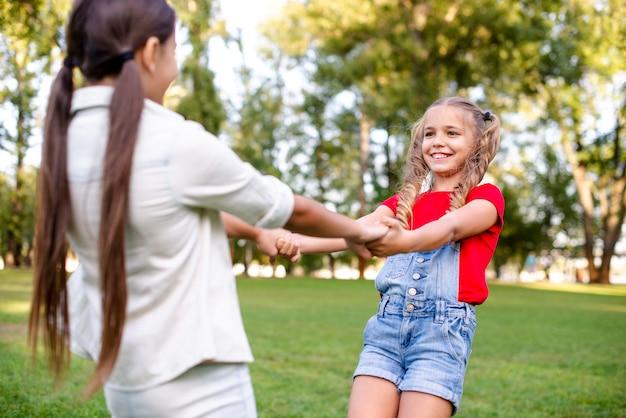 Middelgroot schot van meisjes in park
