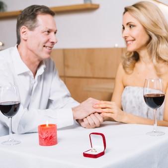 Middelgroot schot van minnaars met verlovingsring