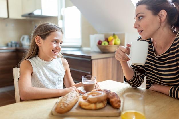 Middelgroot schot van moeder en dochter in keuken