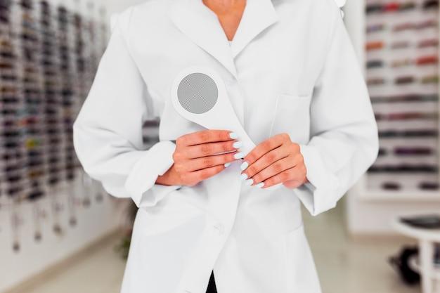 Middelgroot schot van opticien in winkel