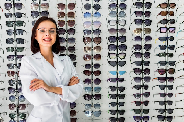 Middelgroot schot van opticien met zonnebrilvertoning