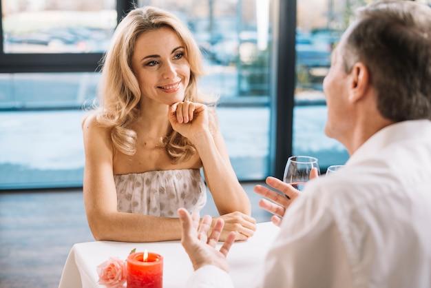 Middelgroot schot van paar bij diner