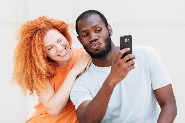 Middelgroot schot van paar dat een selfie neemt