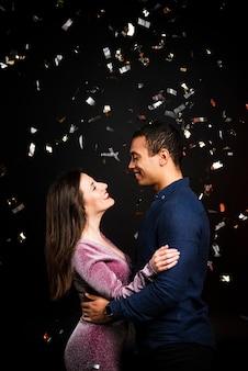 Middelgroot schot van paar dat voor nieuwe jaren wordt omhelst