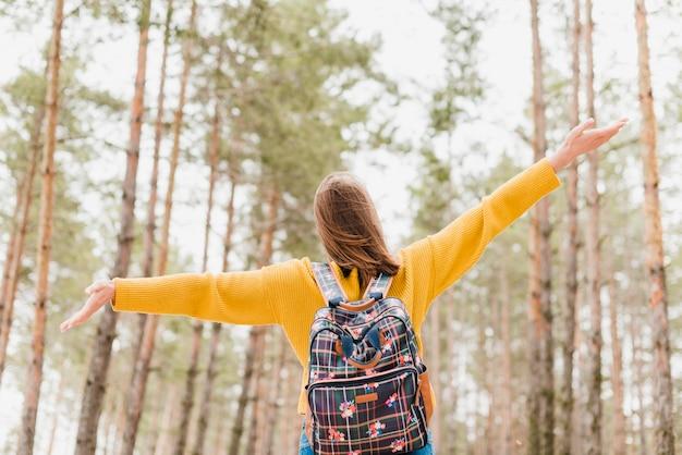 Middelgroot schot van reizende vrouw in het bos
