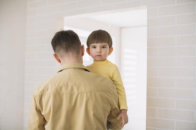 Middelgroot schot van vader die zijn zoon houdt