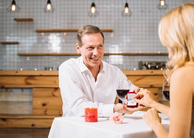 Middelgroot schot van verloofd paar