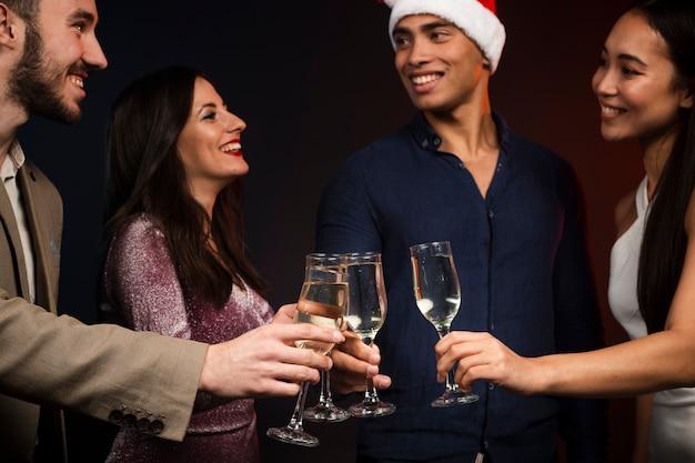 Middelgroot schot van vrienden die voor nieuw jaar roosteren