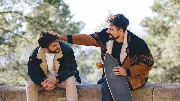Middelgroot schot van vrienden met skateboards