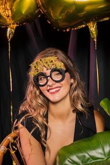 Middelgroot schot van vrouw die gelukkige nieuwe jaar 20202 glazen draagt
