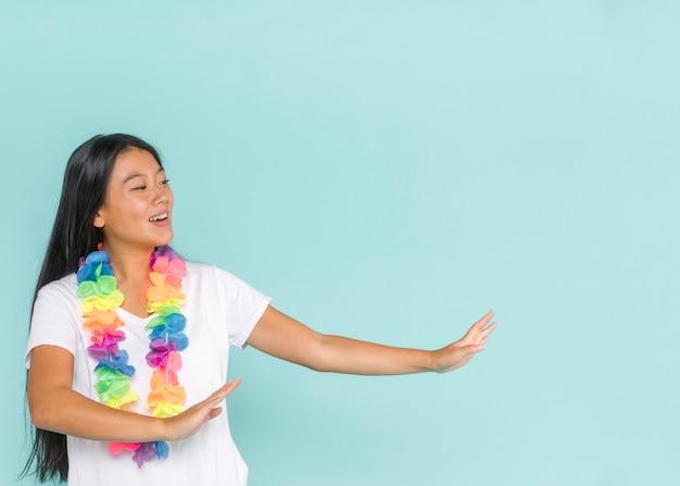 Middelgroot schot van vrouw die met hawaiiaanse bloemen dansen