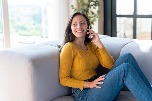 Middelgroot schot van vrouw die op de telefoon spreekt
