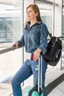 Middelgroot schot van vrouw die op haar vlucht wacht