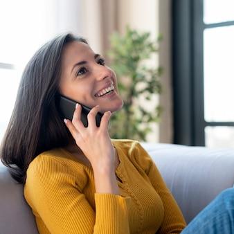 Middelgroot schot van vrouw die op telefoon spreekt