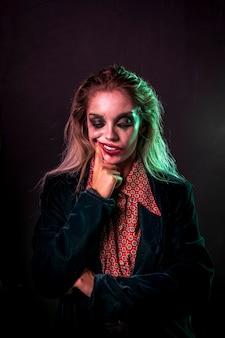 Middelgroot schot van vrouw gekleed als clown