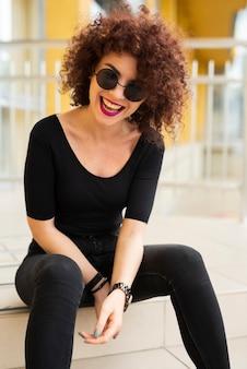 Middelgroot schot van vrouw het lachen