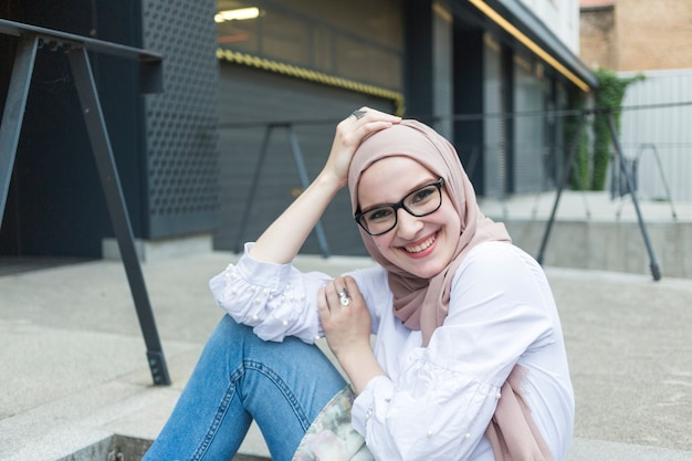 Middelgroot schot van vrouw met glazen het glimlachen
