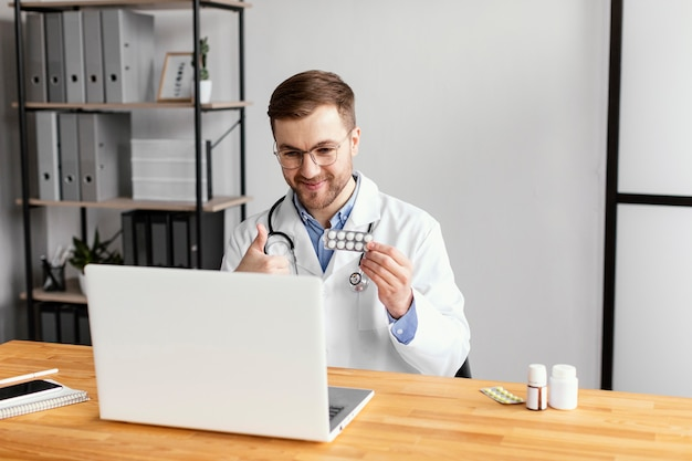 Middelgrote arts die met de patiënt praat