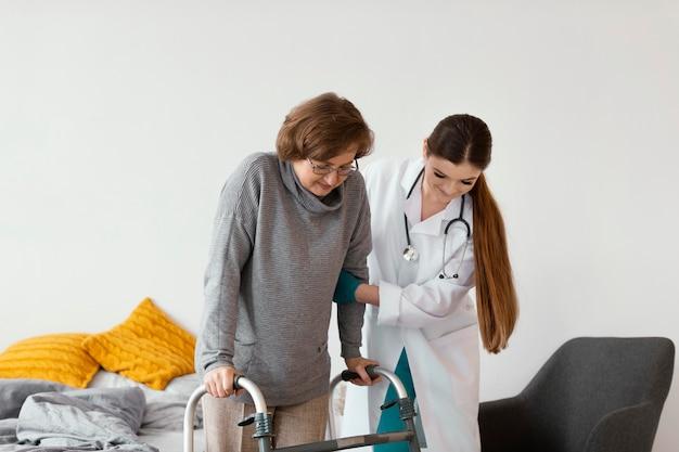 Middelgrote arts die patiënt helpt