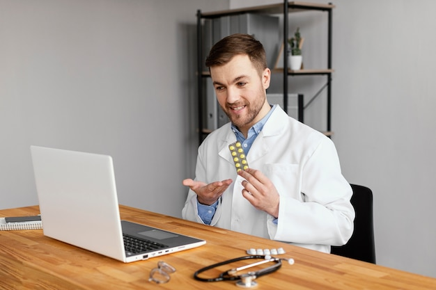 Middelgrote arts die pillen houdt