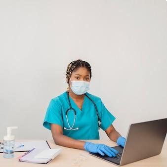 Middelgrote arts met medisch masker