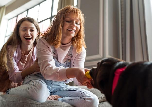 Middelgrote blije vrouwen met hond
