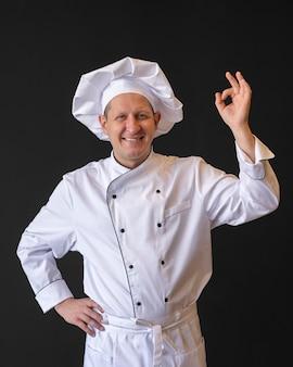Middelgrote chef-kok die goedkeuring toont