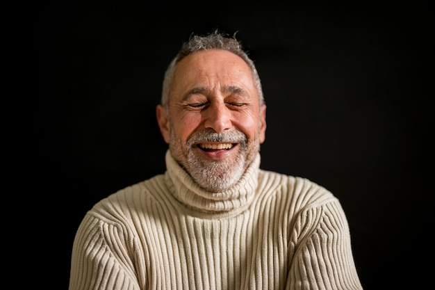 Middelgrote close-up shot oude man lachen