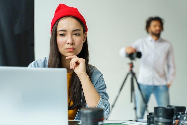 Middelgrote fotografen aan het werk