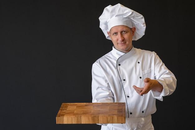 Middelgrote geschoten chef-kok die houten raad houdt