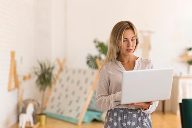 Middelgrote geschoten laptop van de vrouwenholding