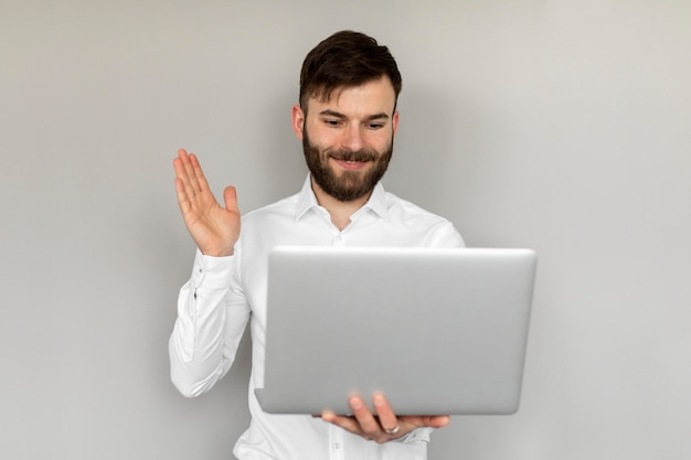 Middelgrote geschoten man met laptop